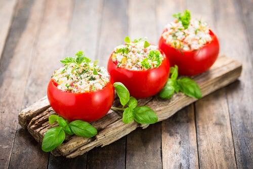 Los tomates rellenos son una excelente opción para preparar cenas rápidas.