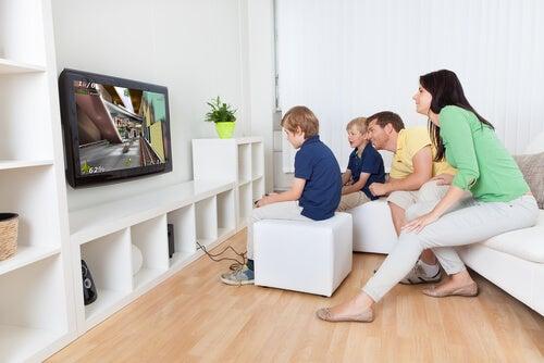 Los videojuegos son una forma de disfrutar en familia.