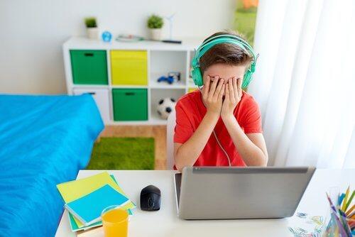 El acoso cibernético puede afectar al rendimiento escolar.