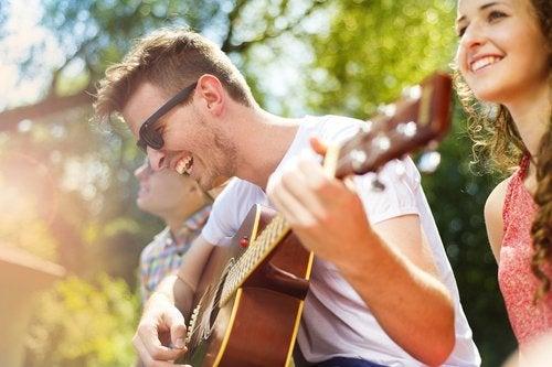 Las clases de música son una excelente alternativa en cuanto a planes para adolescentes en verano.