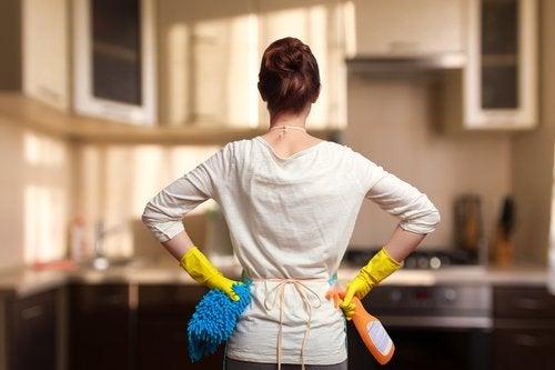 Las tareas del hogar son un agregado para el día de una madre que además tiene un trabajo.