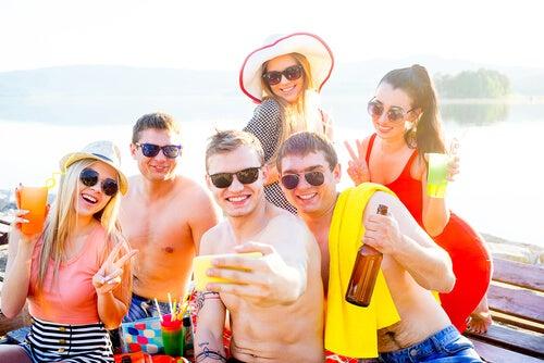 Las primeras vacaciones con amigos en la adolescencia suelen ser difíciles para los padres.