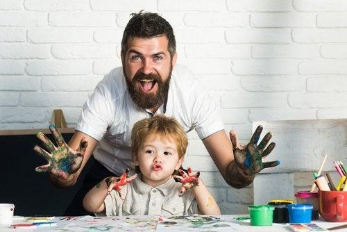 Las artes plásticas para niños les permiten pasar tiempo de calidad con sus padres.