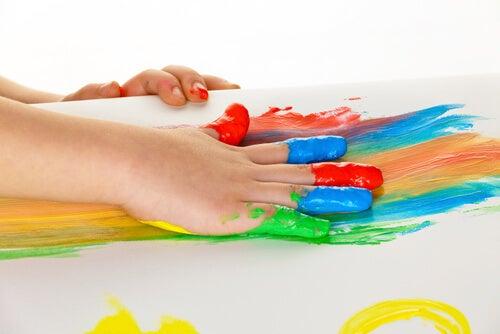 12 ejercicios de arteterapia para ni os eres mam for Color de pintura al aire libre casa moderna