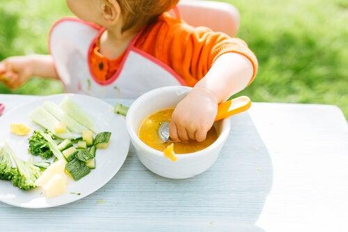 El método ACS o BLW Baby-led weaning: ¿dejar que el niño aprenda a comer solo?