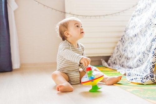 Cuando los niños juegan en el suelo, es mejor evitar que tomen la postura del sastre invertida.