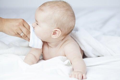 La solución salina permite descongestionar la nariz del bebé de forma sencilla y no intrusiva.