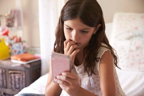 Para evitar prácticas como el grooming, los padres deben monitorear el uso que los chicos hacen de sus celulares.