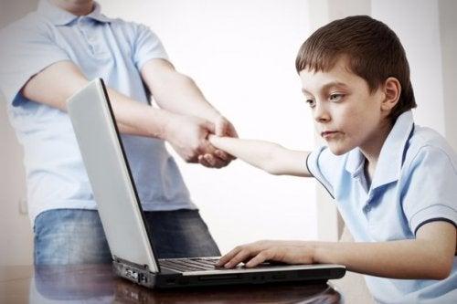 La adicción a los ordenadores y móviles es un problema que afecta a niños y adolescentes.