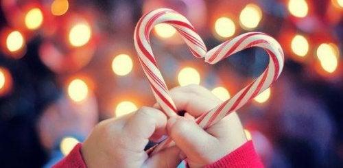 Corazón hecho con caramelos para representar el espíritu de la Navidad.