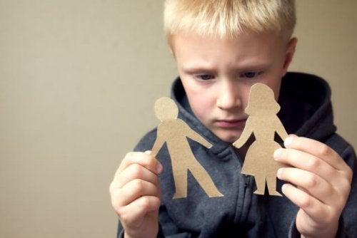 El divorcio de los padres en la niñez puede alterar el bienestar emocional de los hijos.