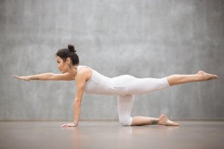 Uno de los ejercicios para fortalecer la espalda más comunes y fáciles de hacer.