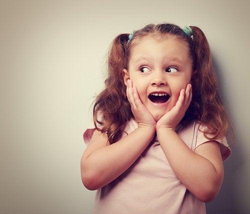 La comunicación emocional en la niñez mejora las relaciones sociales de los pequeños.