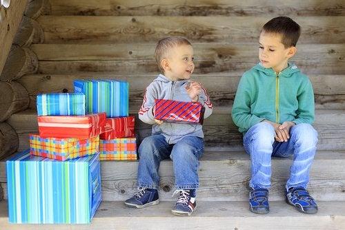 Niño sintiendo envidia por los regalos de su amigo.