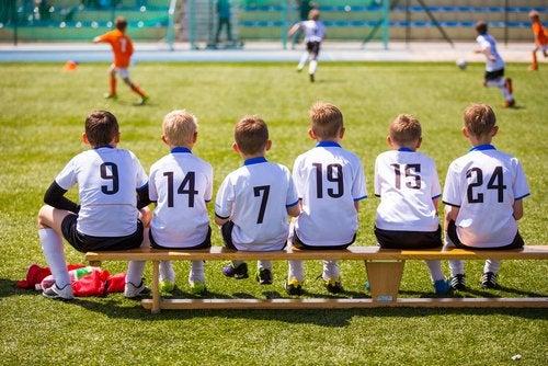 Existen determinados deportes para niños que fomentan el trabajo en equipo.
