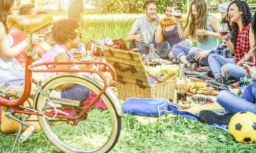 Disfrutar del aire libre y los amigos son una gran opción dentro de los planes para verano con adolescentes.