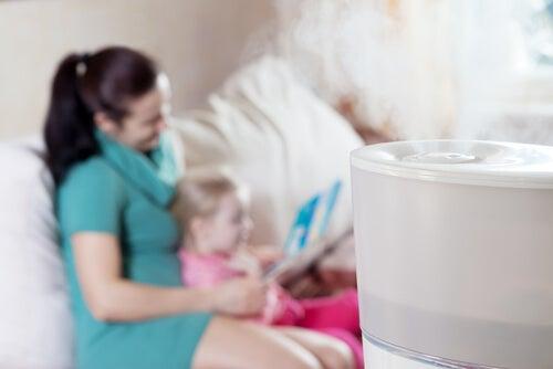 El humidificador contribuye a descongestionar la nariz del bebé.