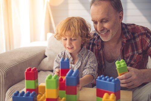 Los padres pueden ayudar a sus hijos a construir y aprender.