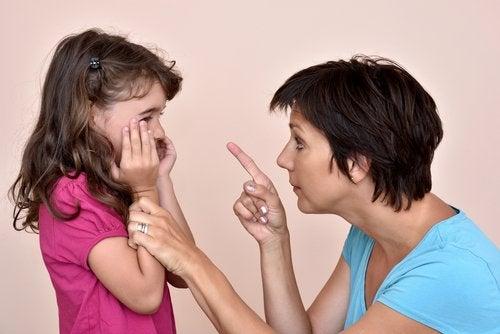 Las amenazas tienen efectos sumamente negativos en los niños.