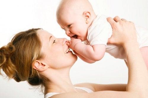 Madre con su bebé con apego seguro.