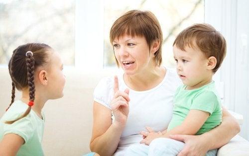 Son los padres quienes deben enseñar a los niños a ser educados.