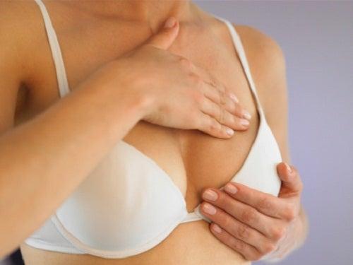 La sensibilidad mamaria puede deberse al tamaño del sujetador.