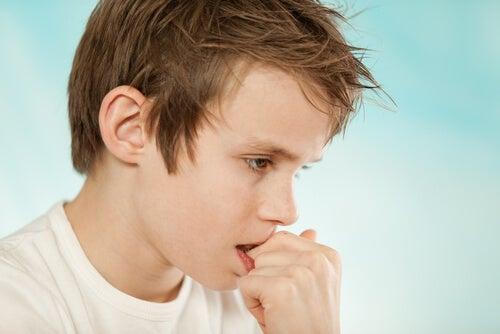 Morderse las uñas es un hábito muy común en niños.