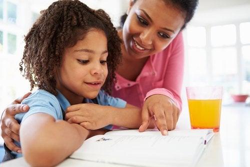 Los padres deben involucrarse en la educación si pretenden que sus hijos obtengan buenas calificaciones escolares.