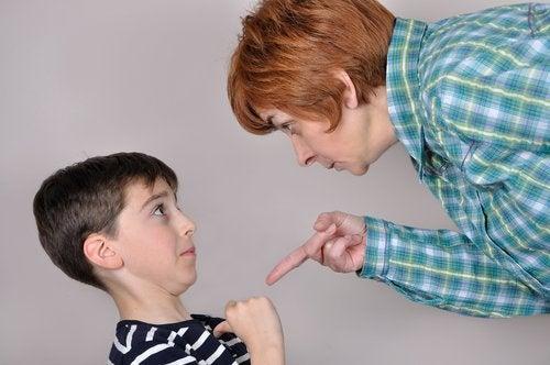 Madre amenazando a su hijo con un castigo positivo o negativo.