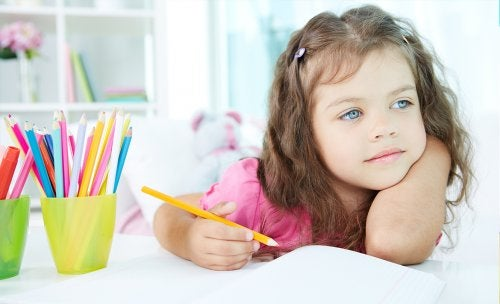 Debo tomar cartas en el asunto como madre si mi hijo se distrae en clase.