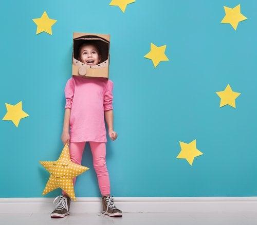 Niña disfraza de astronauta después de leer algunos libros infantiles sobre el espacio.