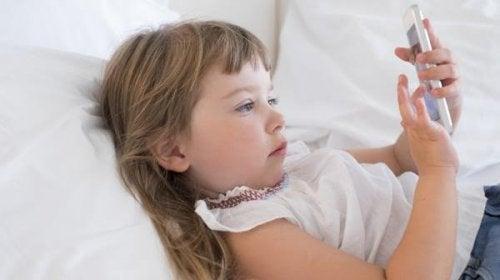Los móviles atentan contra el descanso de los niños.