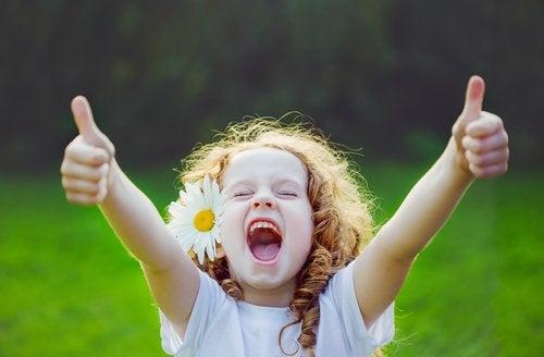 La alegría es una emoción básica indisimulable para los niños.