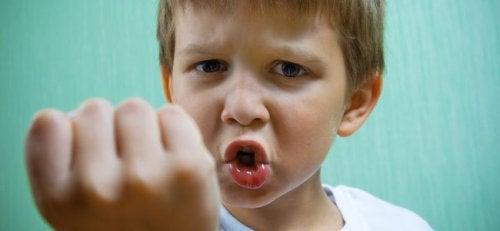 La psicopatía infantil genera conductas violentas.