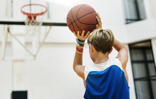 El baloncesto es un deporte apropiado para todas las edades.