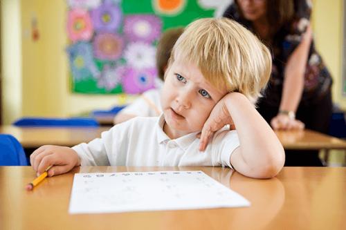 ¿Qué puedo hacer si mi hijo se distrae en clase?