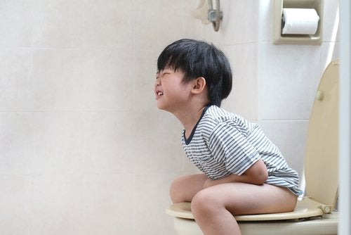 La constipation des enfants provoque également de la douleur au moment de déféquer.
