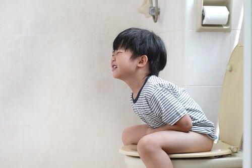 La retención de heces en niños puede tener consecuencias muy dolorosas.