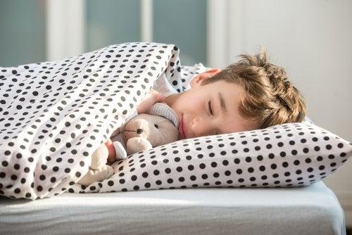 ¿Qué tan positivas son las siestas a media mañana para los niños?