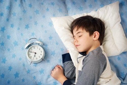 Si vous voulez aider votre enfant à se lever plus tôt, essayez de le mettre au lit plus tôt.