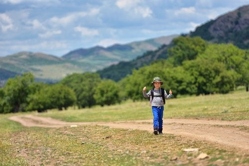 Niño de excursión en la montaña.