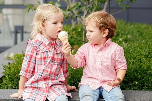 Es fundamental enseñar a los niños a compartir desde que son pequeños.