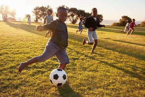 Jugar al fútbol desarrolla las habilidades motoras de los niños.