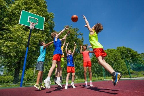 Jugar al baloncesto aumenta la coordinación ojo- mano.
