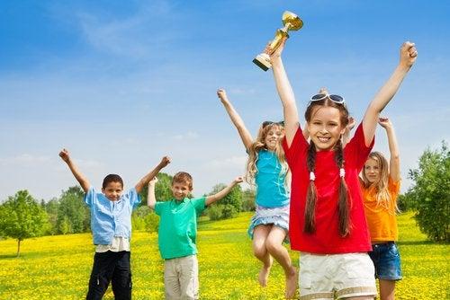 Los deportes en la educación infantil refuerza su cooperativismo y el trabajo en equipo.