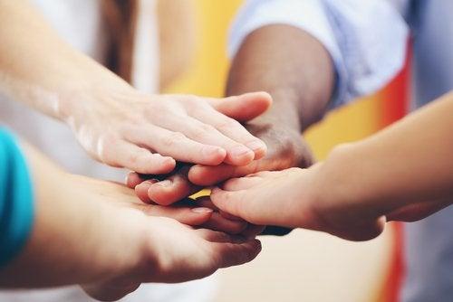 Los pequeños educados para practicar la tolerancia tienen mejores relaciones sociales.