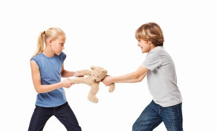 Las agresiones son comunes en niños con psicopatía, que no sienten culpa por lo que hacen.