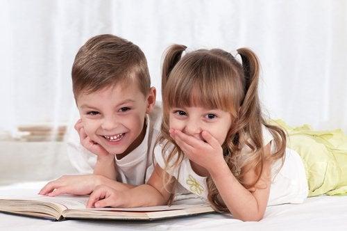 Niños leyendo un libro para mejorar los procesos léxicos.