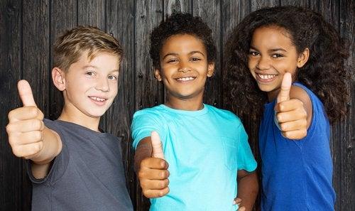 Enseñar a tu hijo a ser educado le permitirá tener una vida social positiva.