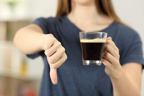 Consumir café es una de las cosas que no pueden hacer las embarazadas.